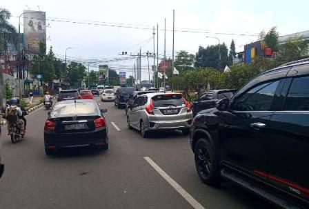 Arus balik menuju Jakarta, sepanjang Jl. Dr. Djunjunan sekitar wilayah Pasteur menuju pintu masuk tol Pasteur, Minggu (11/4/2021) terpantau padat. (Foto : ardian/dara.co.id)