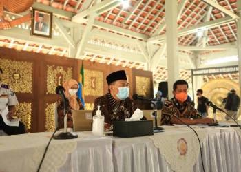 Wali Kota Bandung yang Juga Ketua Pemulihan Ekonomi Daerah Kota Bandung Oded M Danial memimpin Rapat Terbatas di Pendopo Kota Bandung, Jumat (23/4/2021). (Foto : avila/dara.co.id)