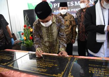 Bupati Bandung Dadang Supriatna menandatangi prasasti Peresmian Komplek Pendidikan Yayasan Nurul Falah Sekolah Cinta Ilmu (SCI), di Kelurahan Wargamekar, Kecamatan Baleendah, Minggu (30/05/2021). (Foto : Humas Pemkab Bandung)