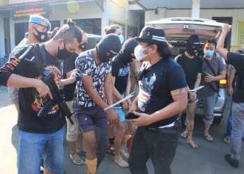 Tim Jatanras Sat Reskrim Polres Sukabumi Kota meringkus empat anggota geng motor di wilayah Sagaranten Kabupaten Sukabumi, Jumat (28/05/2021) dini hari. Dua pelaku terpaksa ditembak (Foto : riri/dara.co.id)