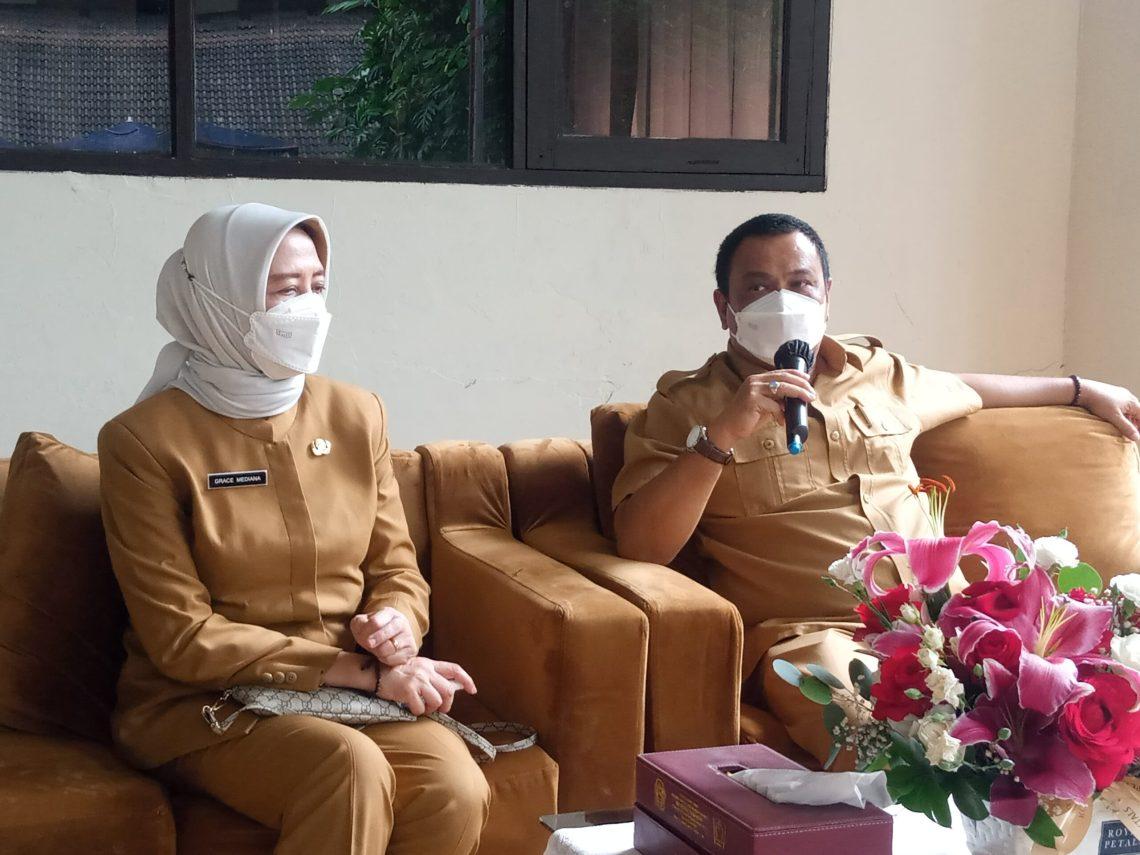 Kepala Dinas Kesehatan, dr Grace bersama Kepala Dinas Tenaga Kerja Kabupaten Bandung Rkmana saat diwawancara para wartawan (Foto: Istimewa)