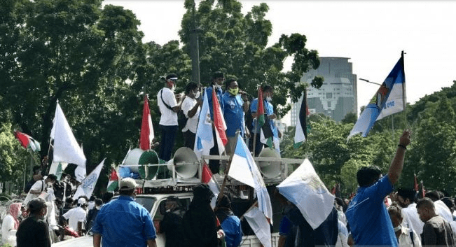 Ketua Umum DPP KNPI Haris Pertama (di atas mobil) berorasi saat berunjuk rasa depan Kedutaan Besar Amerika Serikat, di Jakarta, Selasa (18/5/2021), untuk menyuarakan dukungan kepada bangsa Palestina. (ANTARA/Genta Tenri Mawangi/suara.com)
