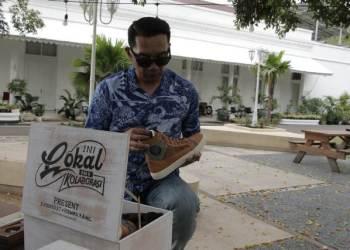 Gubernur Jawa Barat Ridwan Kamil secara resmi memperkenalkan 21 produk hasil kolaborasinya bersama brand lokal di Pulau Jawa, Senin (10/5/2021) malam dengan konsep lelang. (Foto : Istimewa)