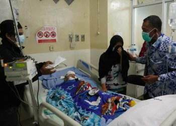 Bupati Subang H. Ruhimat beserta Ketua DPRD H. Narca Sukanda S.Sos, dan Sekda Subang H. Asep Nuroni S.Sos, M.Si menjenguk Muhammad Ridho Nazrilullah di RSHA Bandung, yang tubuhnya melepuh akibat tersiram air panas Jumat (22/5/2021).(Foto : yudi/dara.co.id)