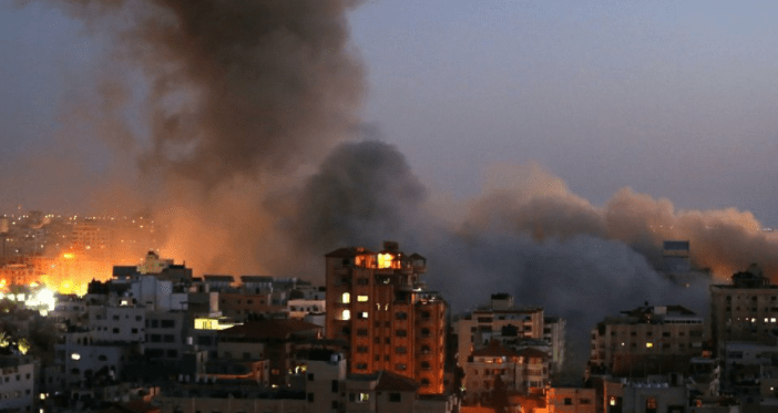 Asap tampak mengudara di lokasi gedung yang menjadi sasaran serangan udara Israel di Jalur Gaza, Selasa 11 Mei 2021. /REUTERS/Ibraheem/galamedianews.com