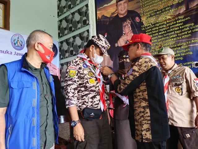 Ketua Forsil 3 P Amir Machmud, menyematkan pin Forsil 3 P pada Ketua Kwarcab Gerakan Pramuka KBB, Aseng Junaedi, Sabtu (29/5/2021). (Foto : istimewa)