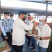 Kepala Lapas Narkotika Kelas II A Jelekong Bandung, Faozul Ansori saat memberikan surat kepada warga binaan Lembaga Pemasyarakatan (Lapas) Narkotika Kelas II A Jelekong Bandung yang menerima remisi lebaran (Foto: Istimewa)