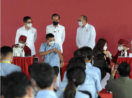 Presiden Jokowi memantau pelaksanaan vaksinasi Gotong Royong, di pabrik PT Unilever Indonesia, Kawasan Industri Jababeka, Cikarang, Jabar, Selasa (18/05/2021) pagi. (Foto: dara/BPMI Setpres/Kris)