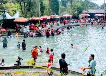 Objek Wiasata Pemandian Sari Ater dipadati pengunjung pada Hari Kedua Lebaran, Sabtu (15/5/2021). (Foto : deny/dara.co.id)