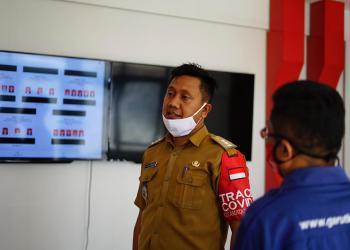Camat Pasirwangi, Saeful Hidayat, menjelaskan tentang terobosan terbaru dengan membuat sebuah fitur Real Count pilkades (Foto: Andre/dara.co.id)
