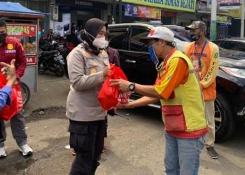 Kapolres Sukabumi Kota AKBP Sumarni memberikan paket sembako kepada petugas parkir, Jumat (25/5/2021). (Foto: riri/dara.co.id)