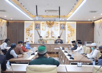 Anggota Komisi I DPRD Provinsi Jawa Barat Haru Suandharu, menerima audiensi dari Aliansi Ulama dan Tokoh Masyarakat Jawa Barat, di Gedung DPRD Jabar, Selasa (08/06/2021). (Foto : Reza/Humas DPRD Jabar).