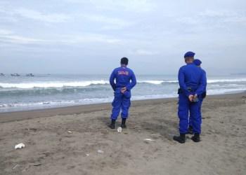 Sejumlah petugas memantau salah satu lokasi wisata di Palabuhanratu, Sukabumi untuk sementara ditutup dari wisatawan luar untuk menghindari penyebaran covid19.(Foto : Istimewa)