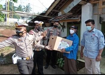 Polres Subang dan Polsek jajaran blusukan bagikan sembako (Foto: Istimewa)