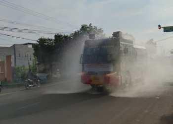 Kendaraan water cannon milik Polresta Cirebon melakukan penyemprotan sisinfektan di sejumlah wilayah Cirebon, Jumat (2/7/2021). (Foto : bangbang/dara.co.id)