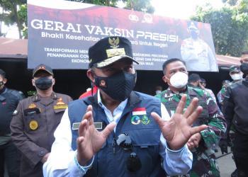 Wagub Jabar Uu  Ruzhanul Ulun, saat pemantauan hari pertama penerapan PPKM Darurat di Padalarang (Foto: Heni Suhaeni/dara.co.id)