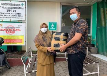 Ketua Fraksi PDIP DPRD Kabupaten Bandung memberikan bantuan kantong jenazah kepada Puskesmas Cicalengka (Foto: Istimewa)