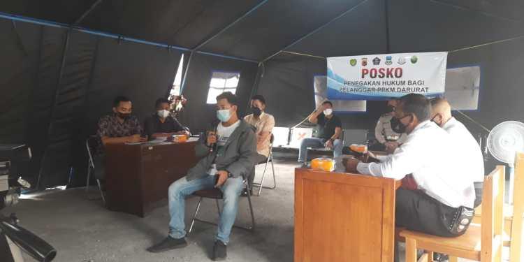 -Suasana Sidang Tindak Pidana Ringan (Tipiring) yang dilaksanakan di Posko Penegakan Hukum Bagi Pelanggar PPKM Darurat di kawasanSimpang lima, Kecamatan Tarogong Kidul, Kabupaten Garut (Foto: Andre/dara.co.id)