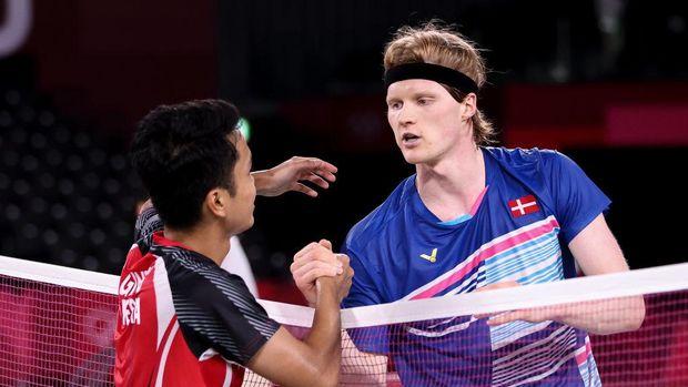Anthony Ginting menyalami Anders Antonsen yang ia kalahkan pada pertandingan bulutangkis Olimpiade Tokyo 2020. Anthony Ginting menang, dan lolos ke babak semifinal, Sabtu (31/7/2020). (Foto: detiksport)
