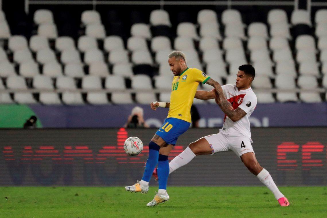 Neymar dihadang pemain Peru dalam semifinal Copa America 2021, Selasa (6/7/2021) (Foto: Twitter/CopaAmerica)