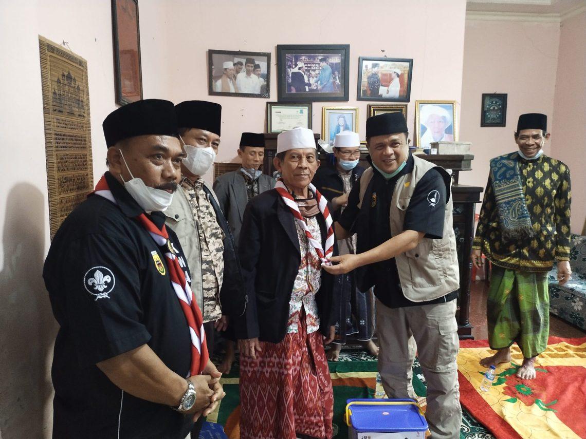 Aseng Djunaedi mengalungkan kacu pada Aa Maulana (Foto: Heni Suhaeni/dara.co.id)