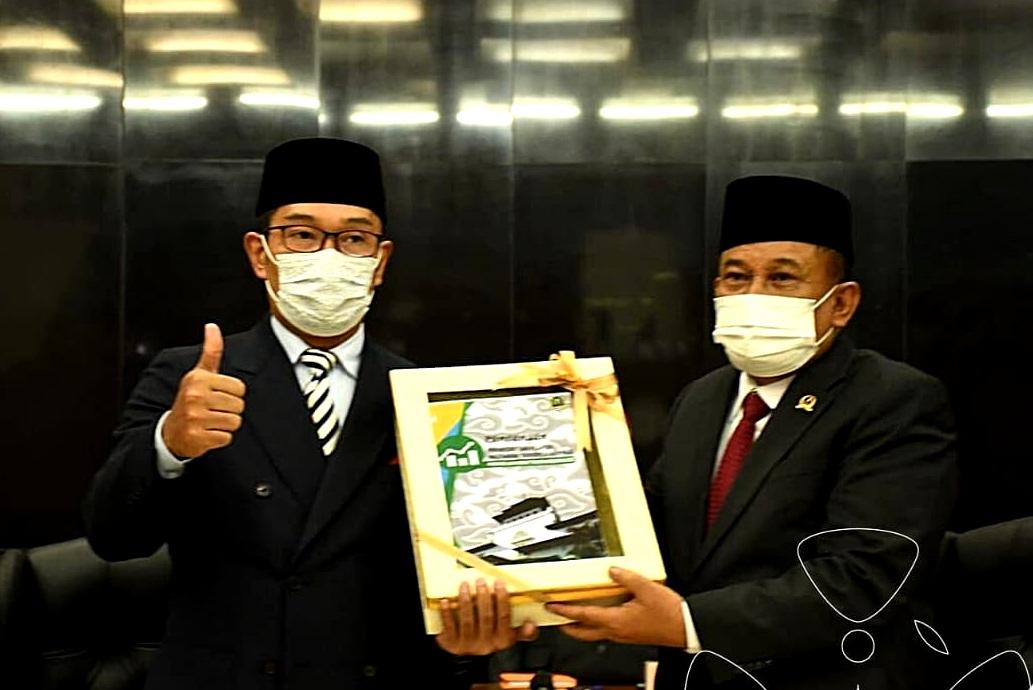 Gubernur Jabar Ridwan Kamil menyampaikan Rancangan KUA-PPAS APBD Jabar 2022 kepada Ketua DPRD Jabar Brigjen TNI (Purn) Taufik Hidayat. (Foto: Budi & Reza/Humas DPRD Jabar)