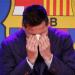 Lionel Messi menangis sambil menutup wajahnya (Foto: Reuters/Albert Gea)