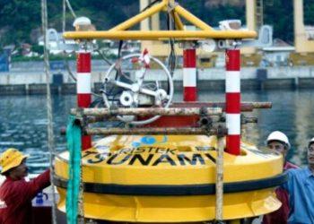"""Proses pemasangan alat deteksi dini tsunami """"InaBuoy"""".  (foto:dok/Reuters)"""