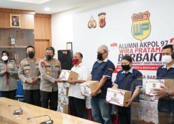 Kapolda Jawa Barat (Jabar)  Irjen Pol Ahmad Dofiri memberikan bantuan kepada warga, pada bakti sosial Alumni Akpol 1997 Batalyon Wira Pratama, Selasa (21/9/2021). (Foto : istimewa)