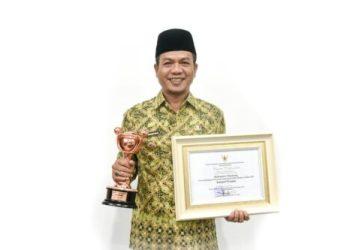 Bupati Bandung, Dadang Supriatna saat menerima anugerah (Foto: Humas Pemkab Bandung)