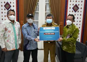 Bupati Garut, Rudy Gunawan, menerima secara simbolis 10 ribu vaksin dari Perwakilan BI Jabar dan OJK Regional 2 Jabar, di Ruang Pamengkang, Kecamatan Garut Kota, Kabupaten Garut (Foto: Istimewa)