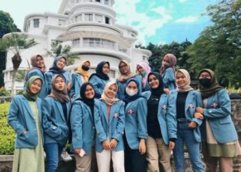 Mahasiswa/i Universitas Pendidikan (UPI) jurusan Pendidikan Guru Sekolah Dasar (PGSD) berfoto bersama di Kampus UPI, Ledeng, Kota Bandung, Jawa Barat. (Foto: Ist/dara.co.id.)