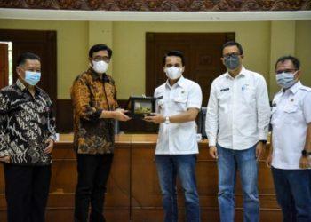 Wakil Bupati Bandung Sahrul Gunawan memberikan cendera mata kepada anggota Komisi II DPR-RI, Djarot Saeful Hidayat, pada kunjungan kerja pada persidangan I tahun 2021-2022 di Gedung Moh. Toha, Soreang, Rabu (29/9/2021). (Foto: Humas Pemkab Bandung)
