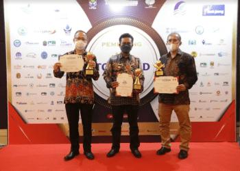 Bupati Bandung, Dadang Supriatna meraih penghargaan TOP Pembina BUMD 2021 (Foto: Humas Pemkab Bandung)