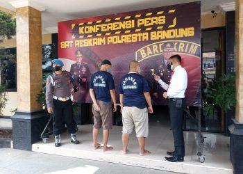 Dua orang pelaku kejahatan berinisial I dan T berhasil diamankan Satreskrim Polresta Bandung.  Kasusnya gelar dihadapan wartawan di Mapolresta Bandung, Jalan Bhayangkara, Soreang. Senin (6/9/2021). (Foto: ist)