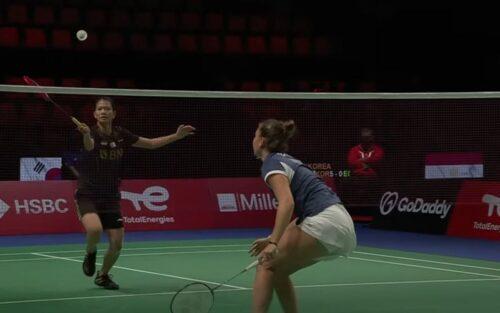 Tunggal putri Indonesia, Nandini Putri Arumni (kiri) melawan wakil Prancis, Yaelle Hoyaux dalam Piala Uber 2020 di Ceres Arena, Senin (11/10/2021). (Foto: Youtube/BWF TV)