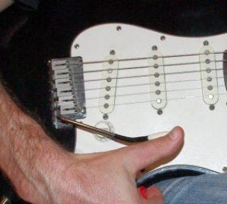 Bending con il ponte di una chitarra elettrica Fender Stratocaster made in USA