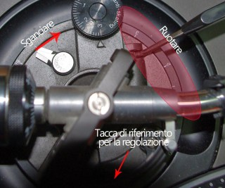 Sganciare la torretta con apposito fermo e ruotare l'anello per alzare o bassare il braccio