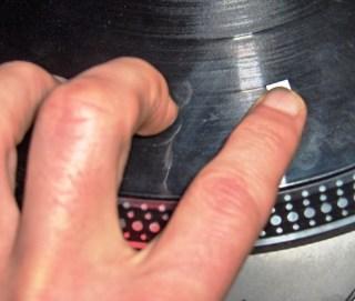 sistemare adesivo sul disco