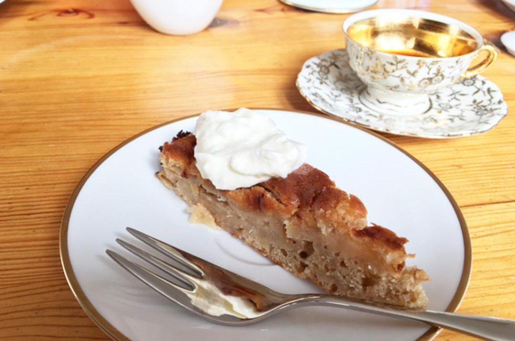 Ein Stück Apfelkuchen ohne Fett. Foto