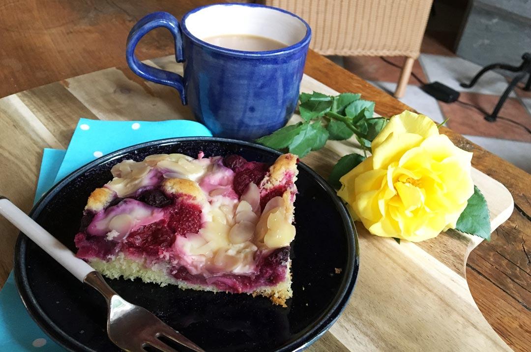 Obst-Blechkuchen mit Puddingwölkchen. Rezeptbild