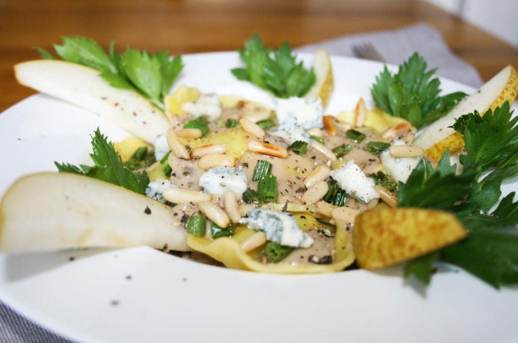 Pasta Girasoli mit Gorgonzolasauce. Nahaufnahme