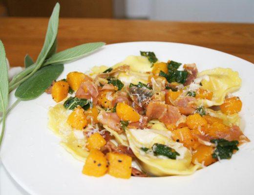 Pasta Girasoli mit Kürbis, Speck und Salbei. Rezeptbild