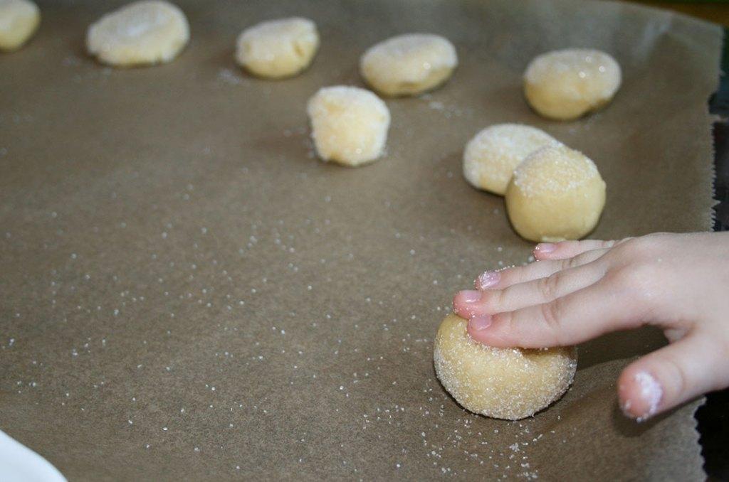 Kekse auf das Blech legen. Fotografie von Darjas Welt