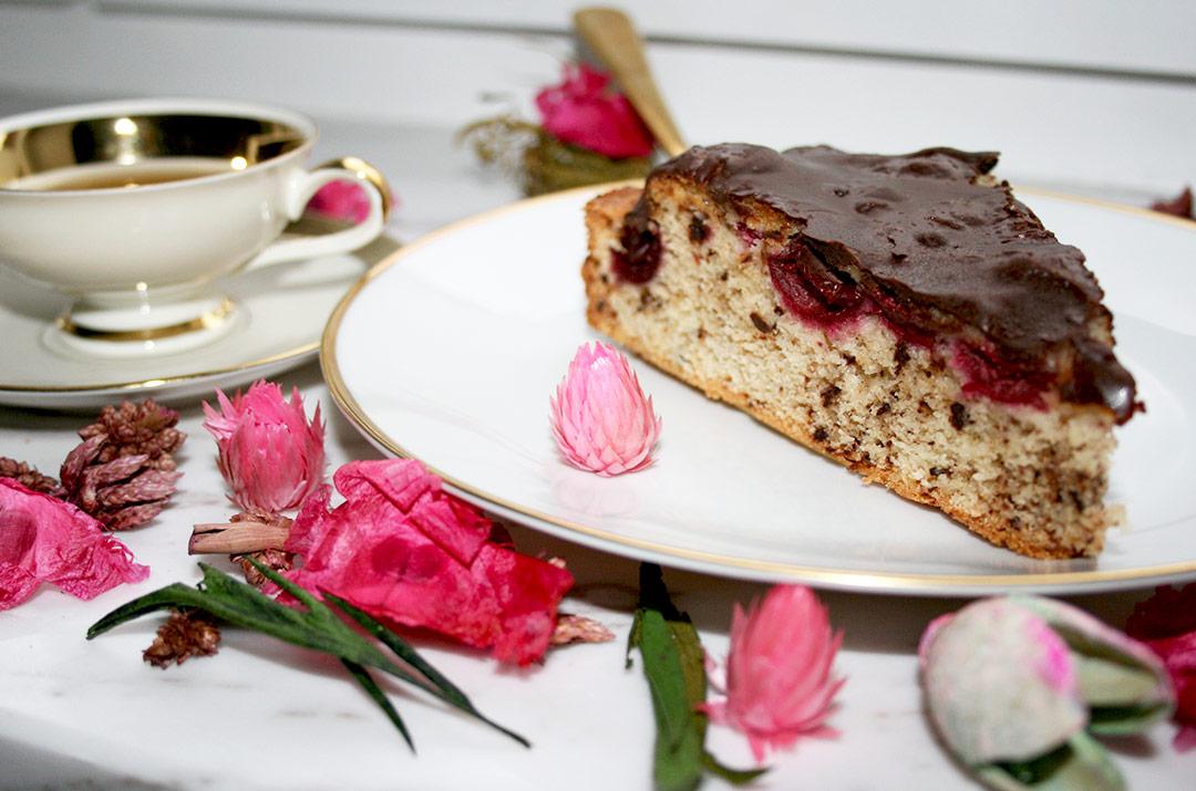 Foto von:Ein Kuchenstück vom schnellen Kirschkuchen mit Schokolade serviert. Darjas Welt