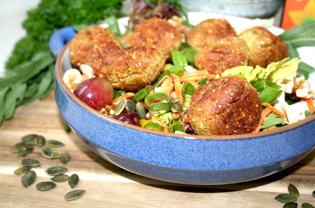 Foto von: Die fertig gebratenen Hirsefalafel, angerichtet auf frischem Salat. Darjas Welt