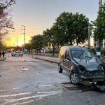 Perdió el control y chocó contra un semáforo en Av. Cruz Roja