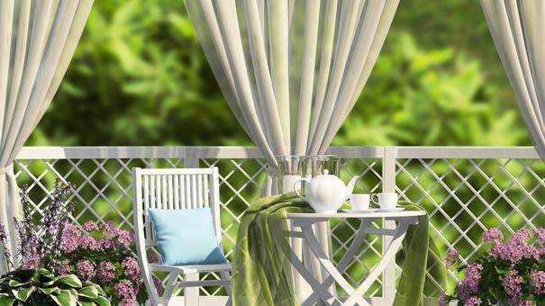 Une solution temporaire pour se cacher des voisins : les rideaux à poser sur son balcon.