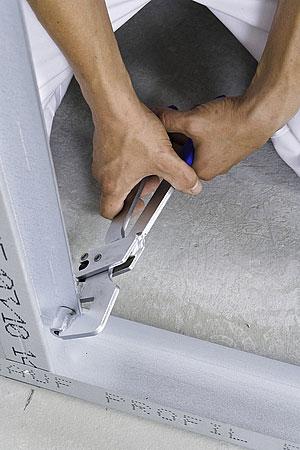 statramsčiai su gulekšniais sutvirtinami specialiu įrankiu KnaufStanzzange arba kniedėmis