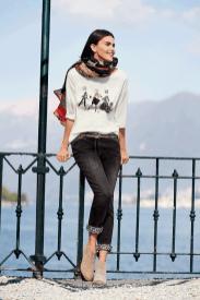 Unser trendiges Print-Shirt wird dein attraktiver Begleiter an kühlen Sommertagen. Einen angesagten Look kreierst du mit unserem farbigen Schal und einer modernen Jeans mit Leo-Umschlag in grau.